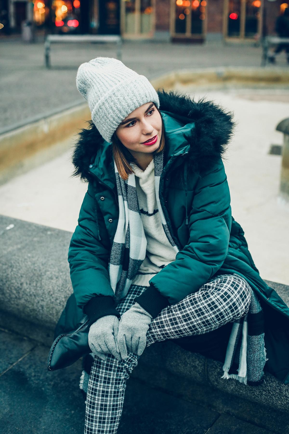zimowa stylizacja biały sweter spodnie w kratę sesja Göteborg moodo