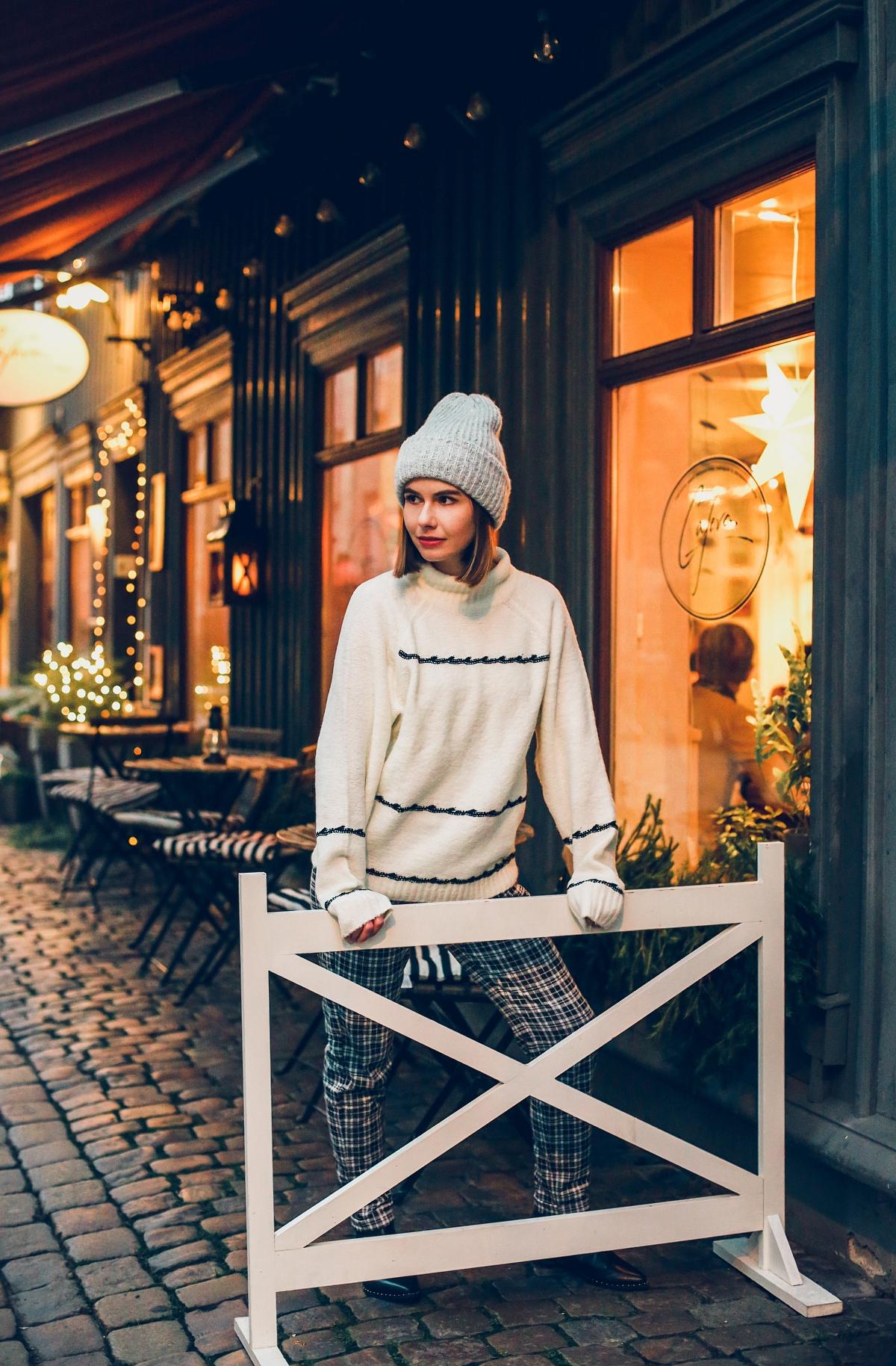 zimowa stylizacja biały sweter spodnie w kratę sesja Göteborg Haga