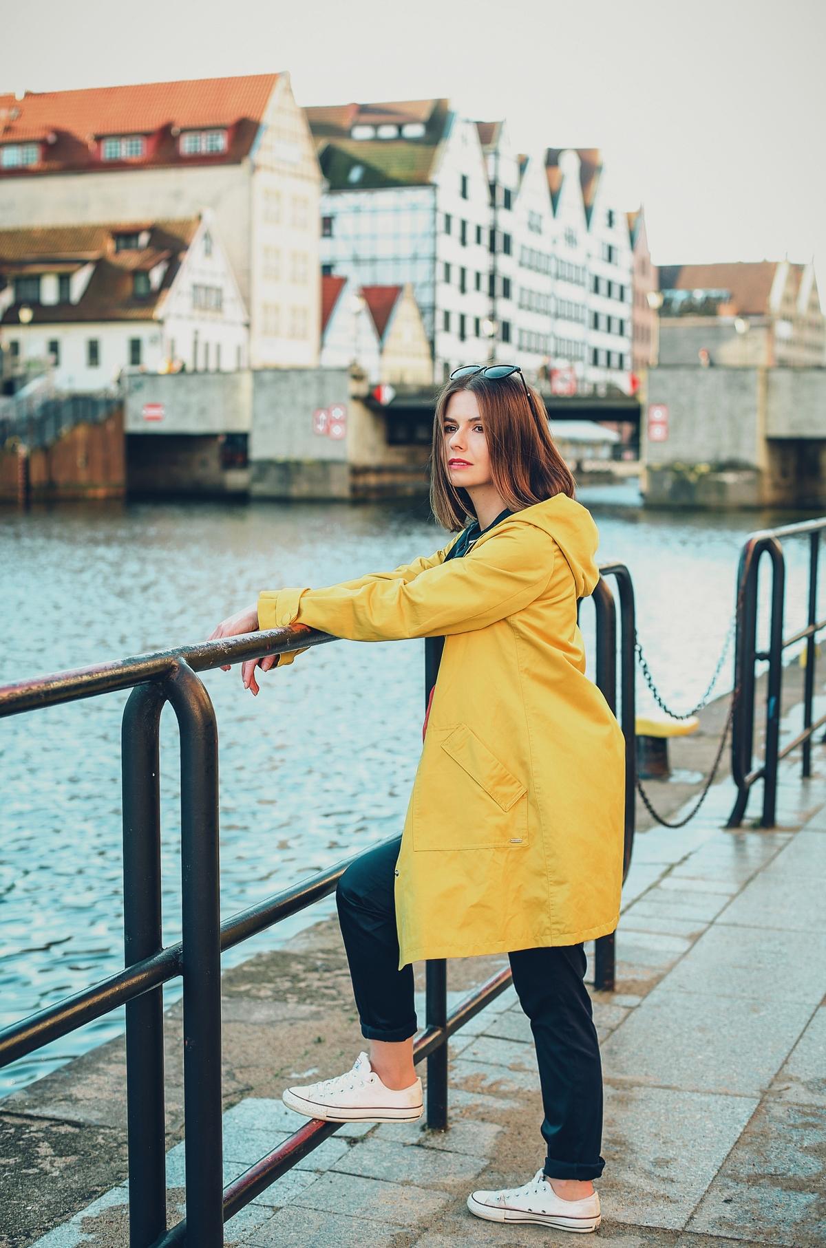 żółty sztormiak przeciwdeszczowa kurtka stylizacja blog modowy