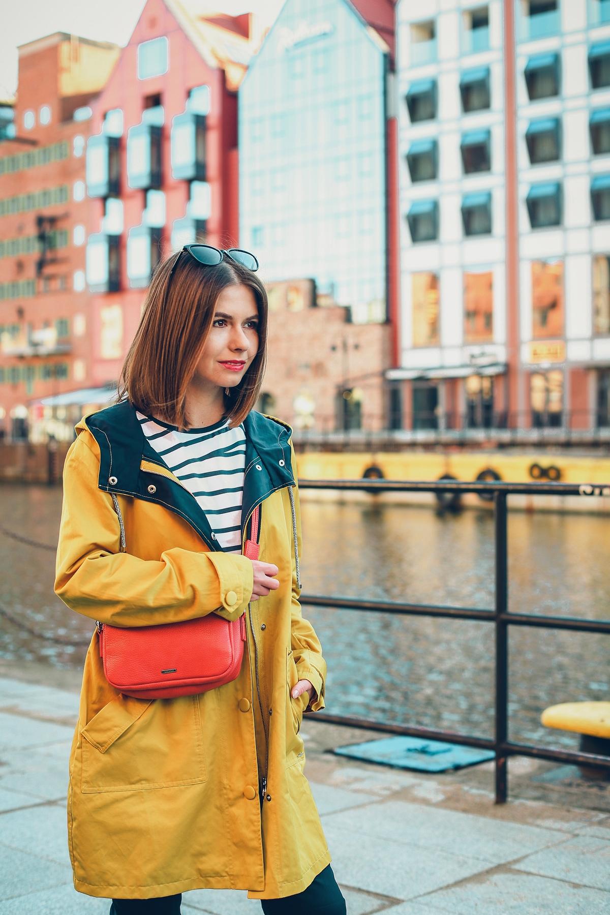 żółty sztormiak przeciwdeszczowa kurtka czerwona torebka stylizacja marynarska