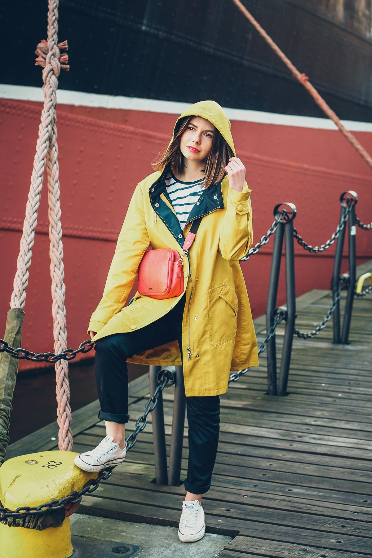 żółty sztormiak przeciwdeszczowa kurtka sesja marynistyczna