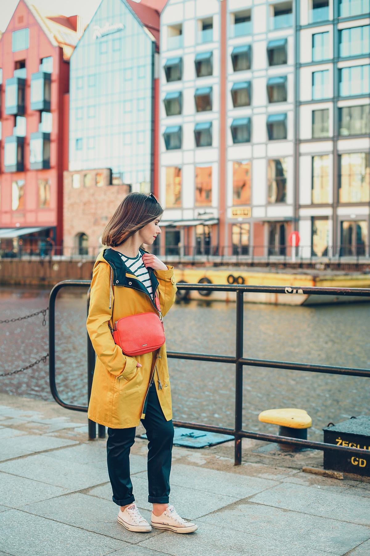 żółty sztormiak przeciwdeszczowa kurtka czerwona torebka stylizacja blog modowy