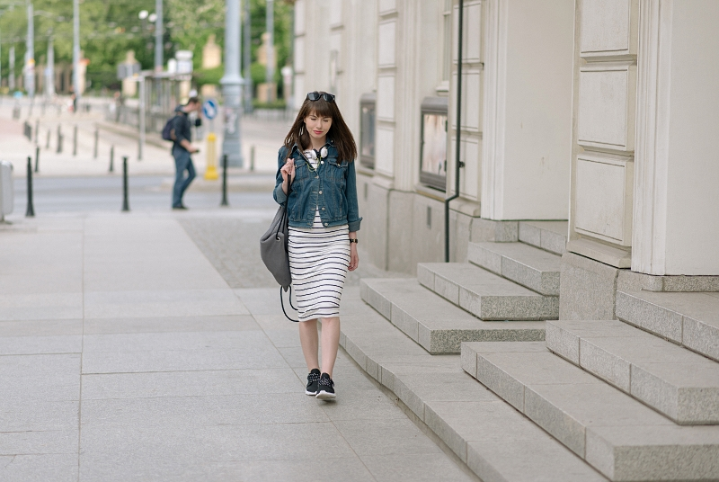 Jeans i pasiasta sukienka na wycieczkę