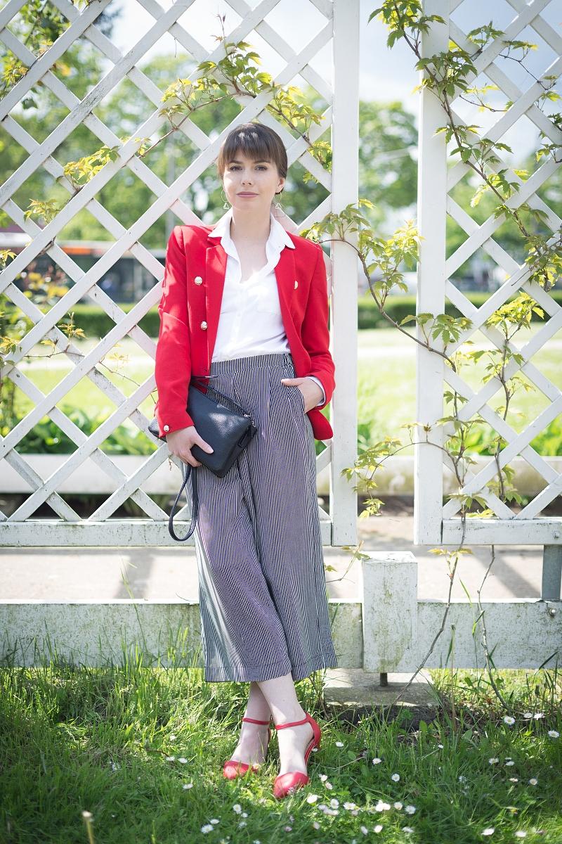 Spodnie culottes i czerwona marynarka w eleganckiej stylizacji