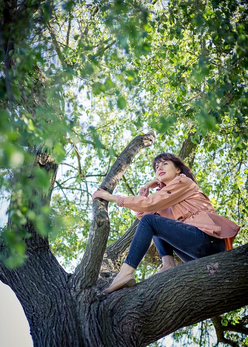 Sesja zdjęciowa na drzewie