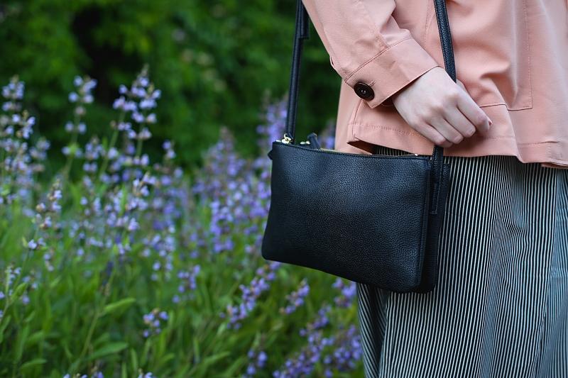 Minimalistyczna czarna torebka