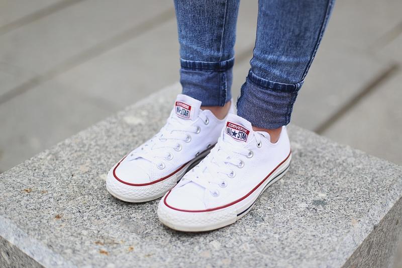 Białe conversy i jeansy