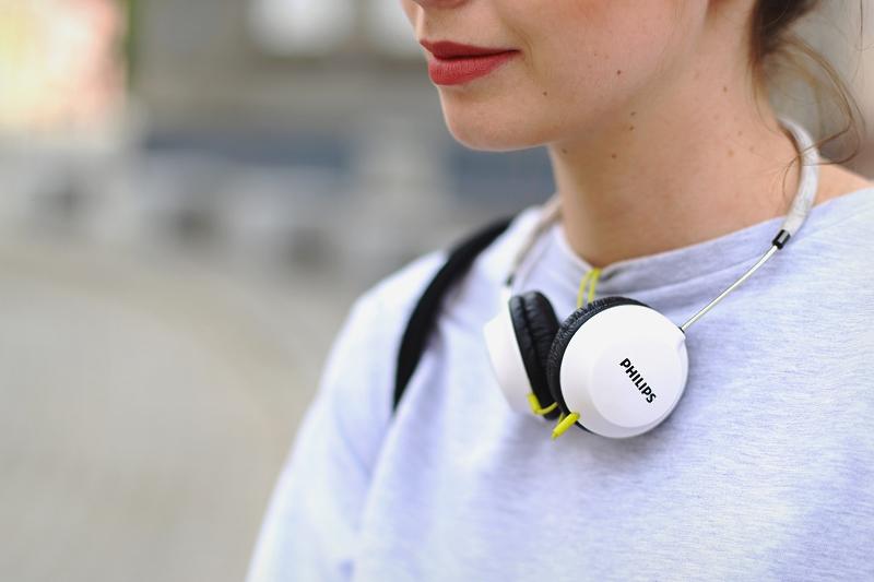 Modne białe słuchawki