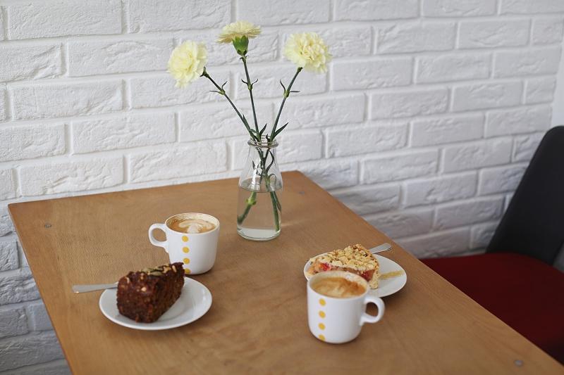 Kawa i ciasto pięknie podane