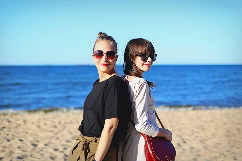 Sesja zdjęciowa przyjaciółek na plaży