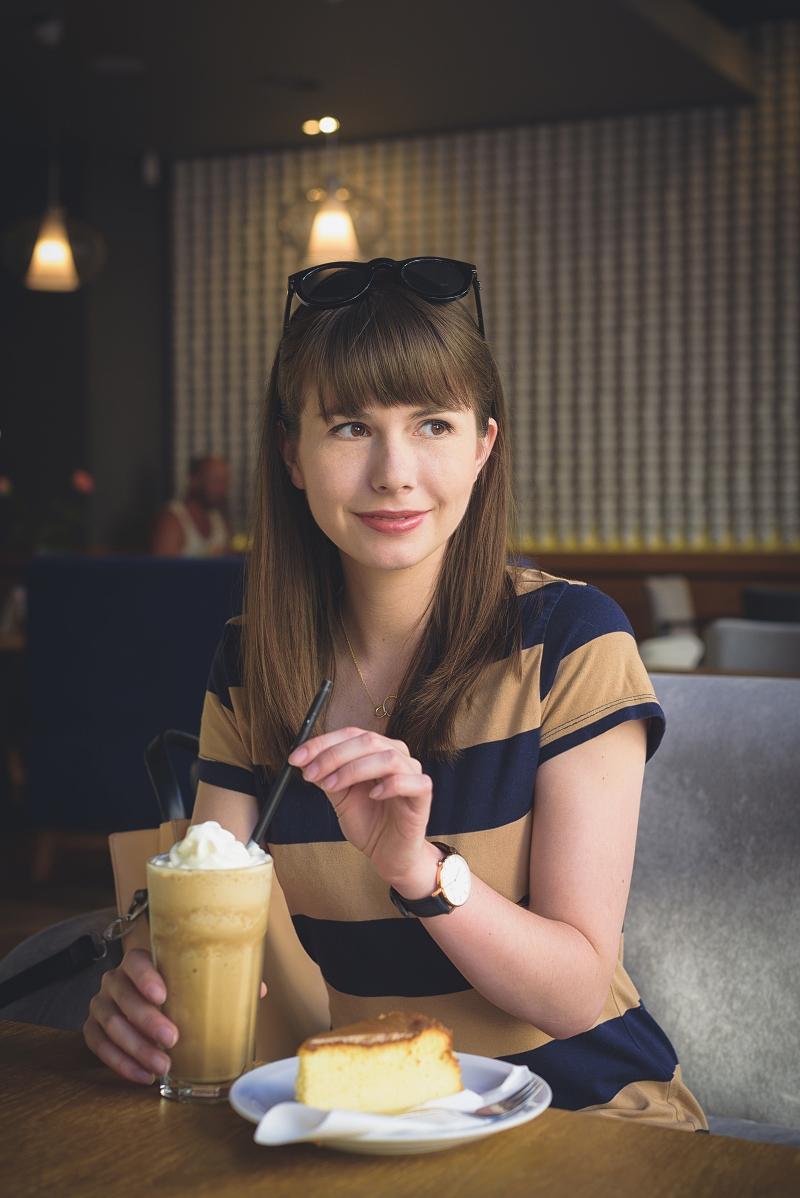 Sesja w kawiarni: kawa mrożona i sernik