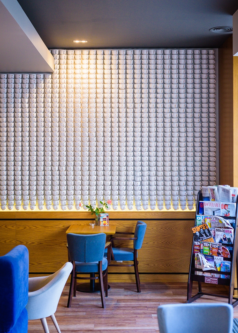 Ściana z filiżanek w Corner Cafe