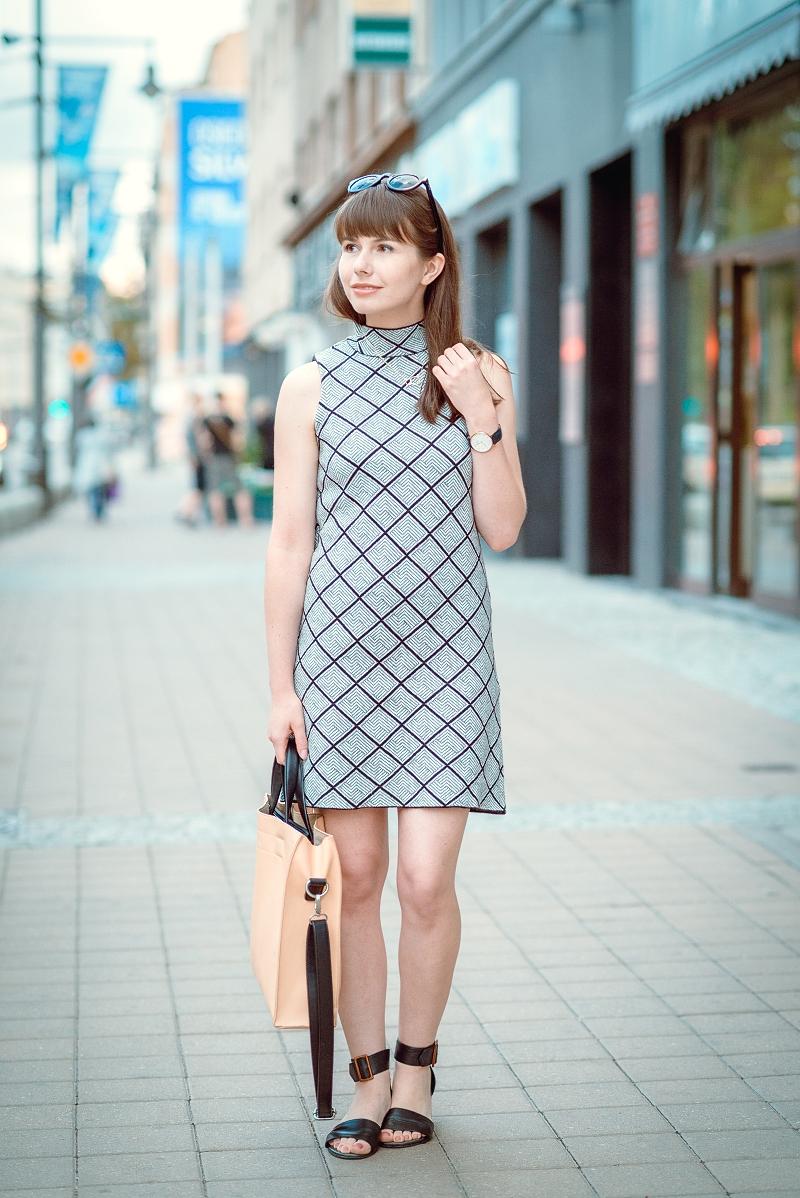 Prosta sukienka ze stójką, minimalistyczna torba