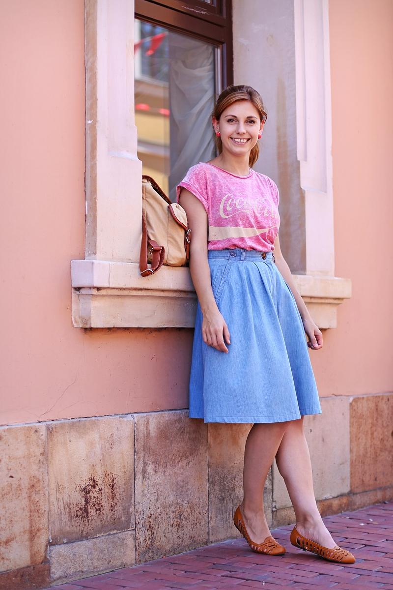 Street fashion: retro spódnica jeansowa oraz T-shirt Coca-cola