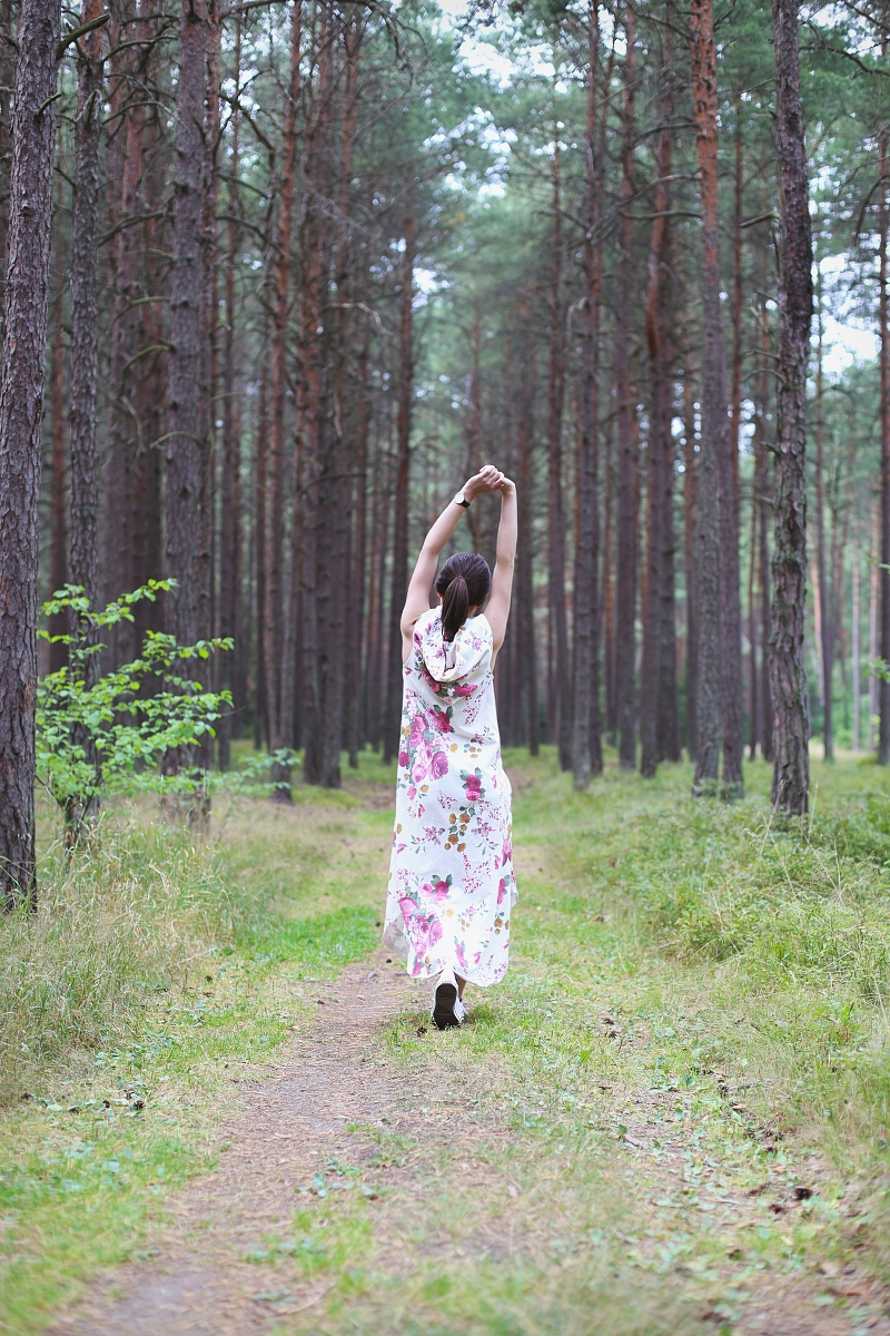 Sukienka maxi w kwiaty i las