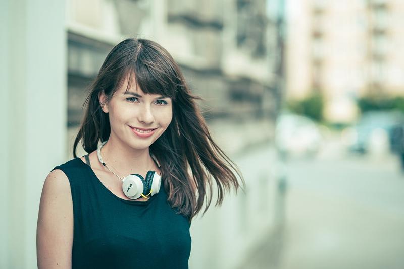 Portret - słuchawki - rozwiane włosy
