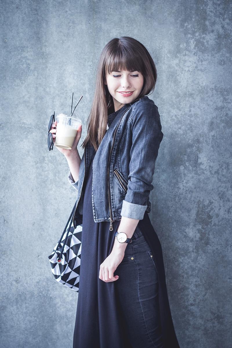Casual: czarno-biała stylizacja i kawa
