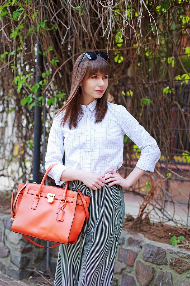 Koszula w kratę i spodnie typu culottes