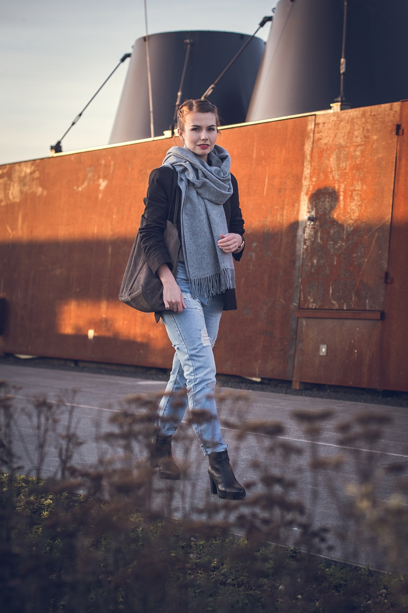 Spodnie boyfriend jeans z dziurami