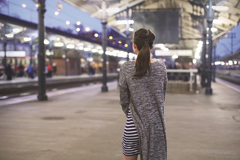 Dopasowana sukienka w paski i sweter