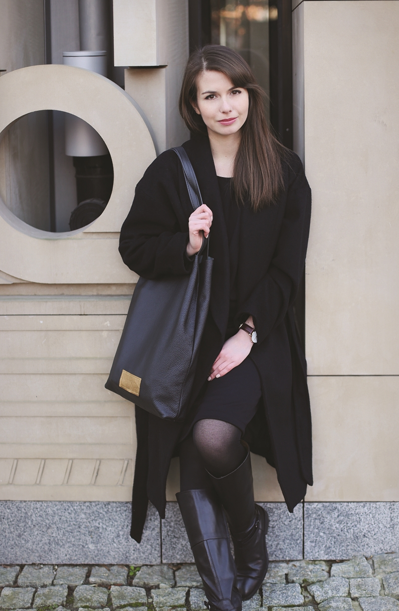 Czarny płaszcz wełniany na zimę