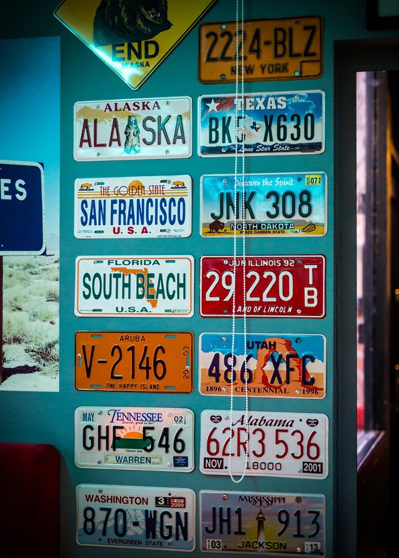 Tablice rejestracyjne na ścianie
