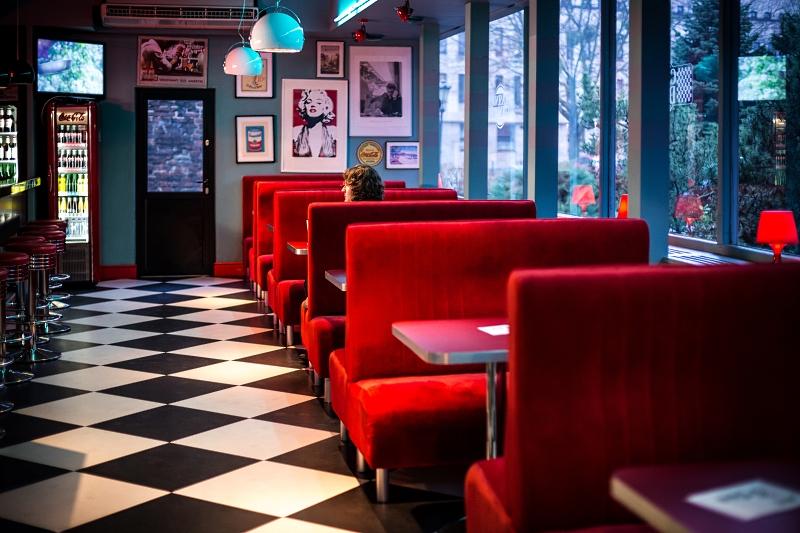 Casino Diner - czerwone kanapy i podłoga w szachownicę