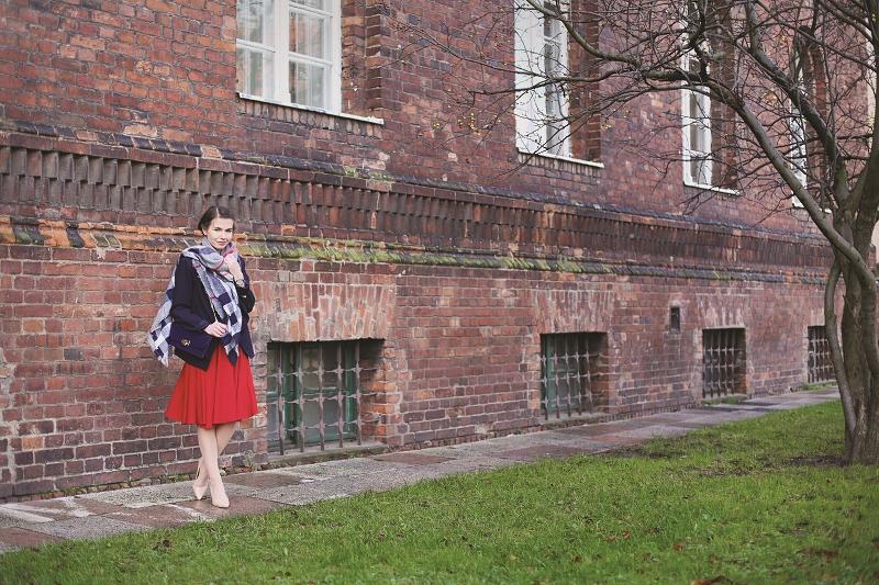 Stylizacja z czerwoną sukienką Michael Kors