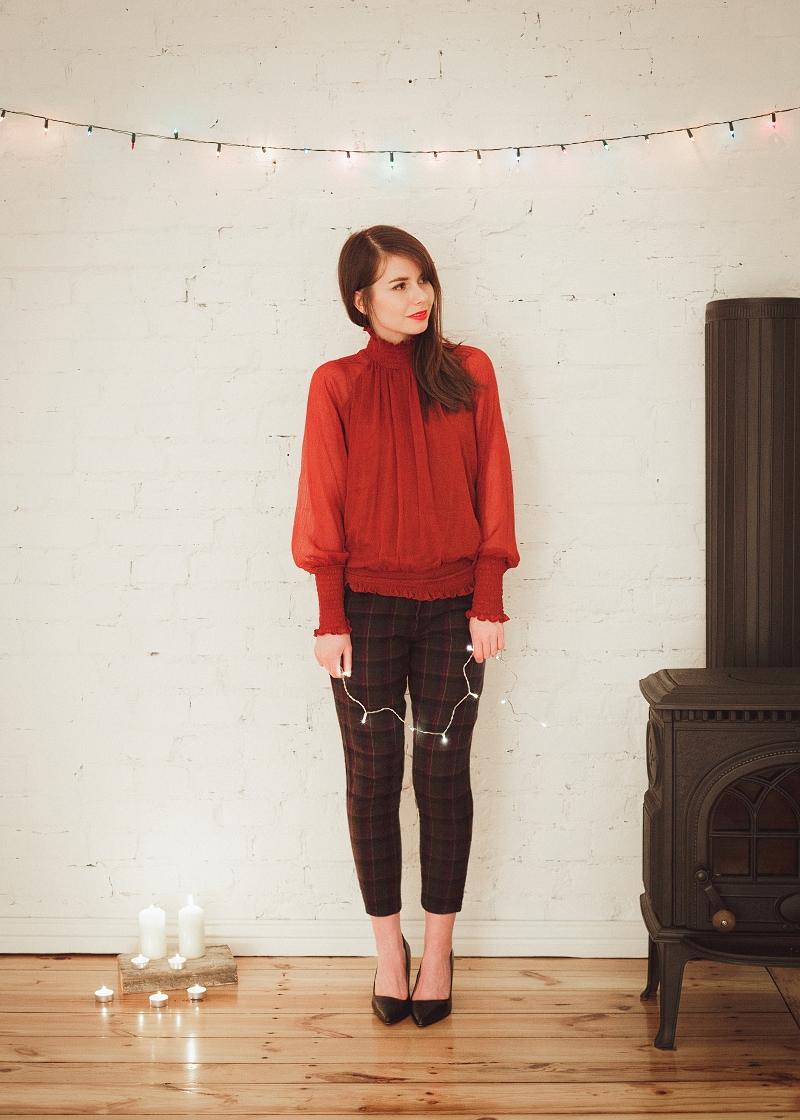 Czerwona bluzka transparentna i spodnie w kratę