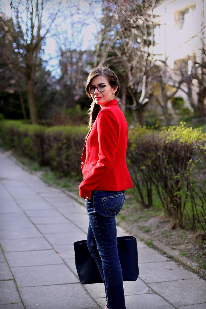 Ciemne jeansy - z czym je nosić?