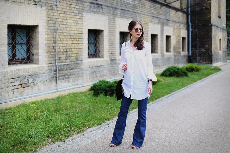 Długa biała koszula i jeansowe dzwony