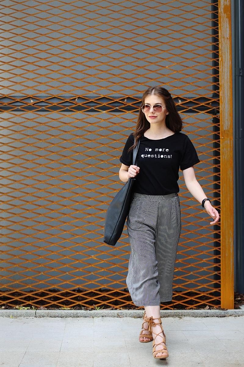 Spodnie culottes, czarny T-shirt i camelowe wiązane sandały