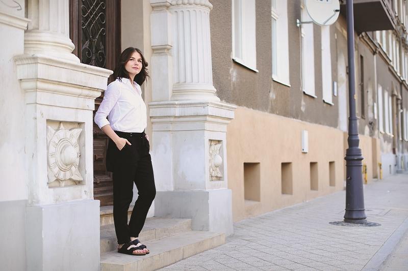 Biała koszula, spodnie marchewy i buty Birkenstock