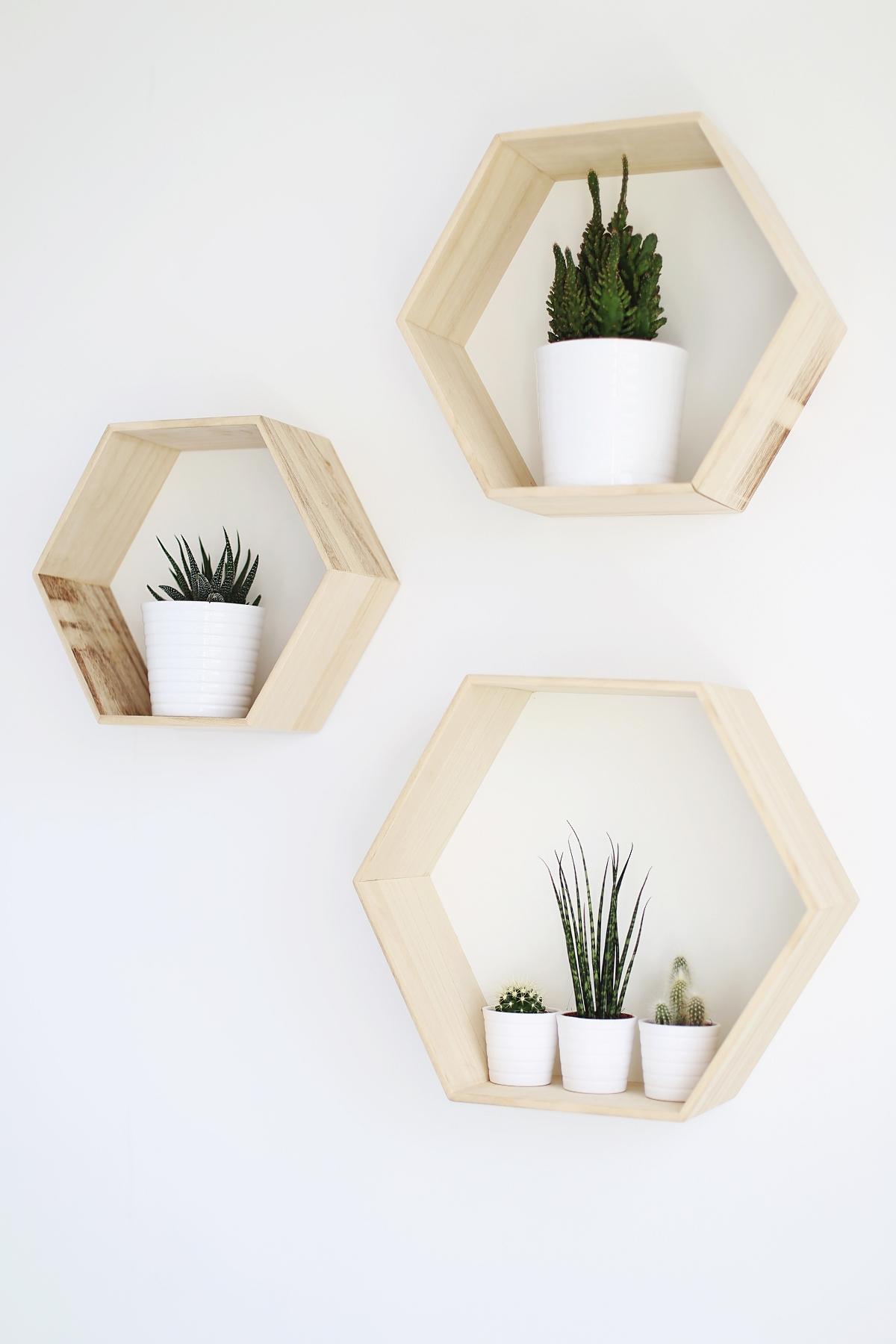 Styl skandynawski: półki w kształcie sześciokątów