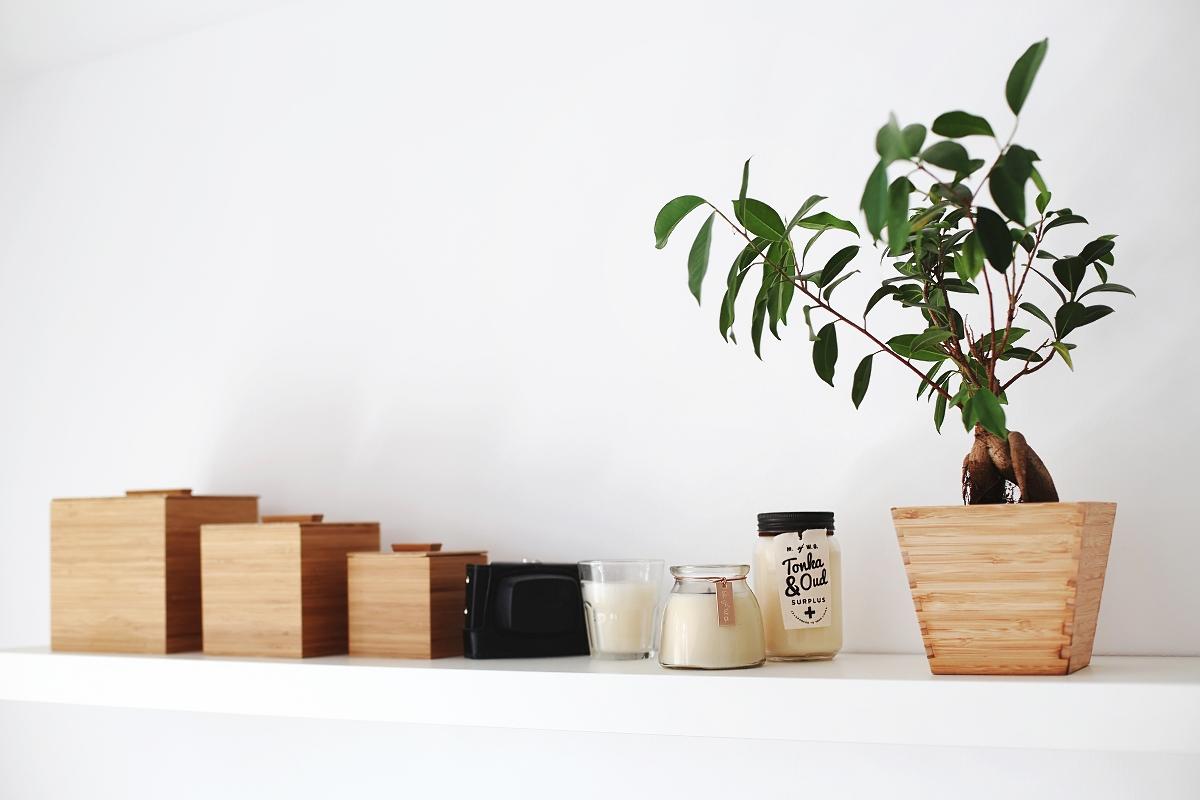 Świeczki i drewniane pojemniki do domu