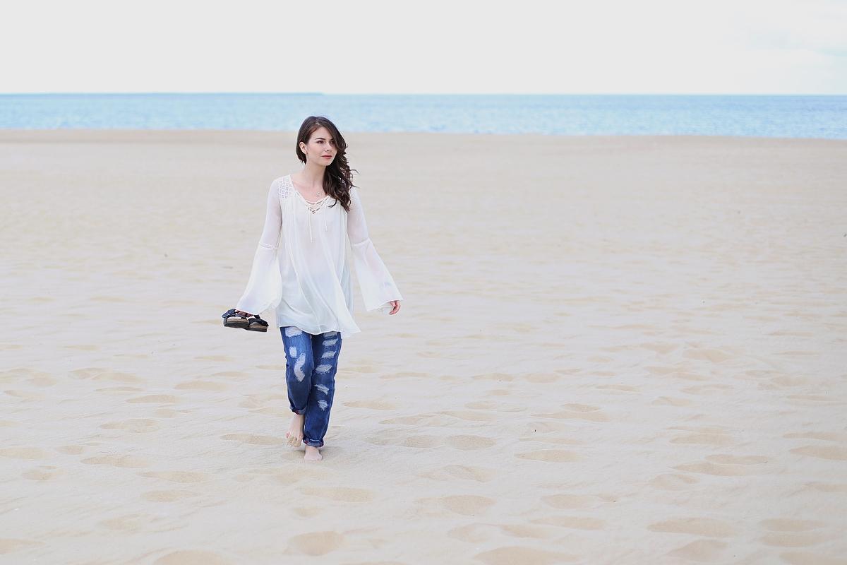 Stylizacja boho: biała tunika i boyfriend jeans