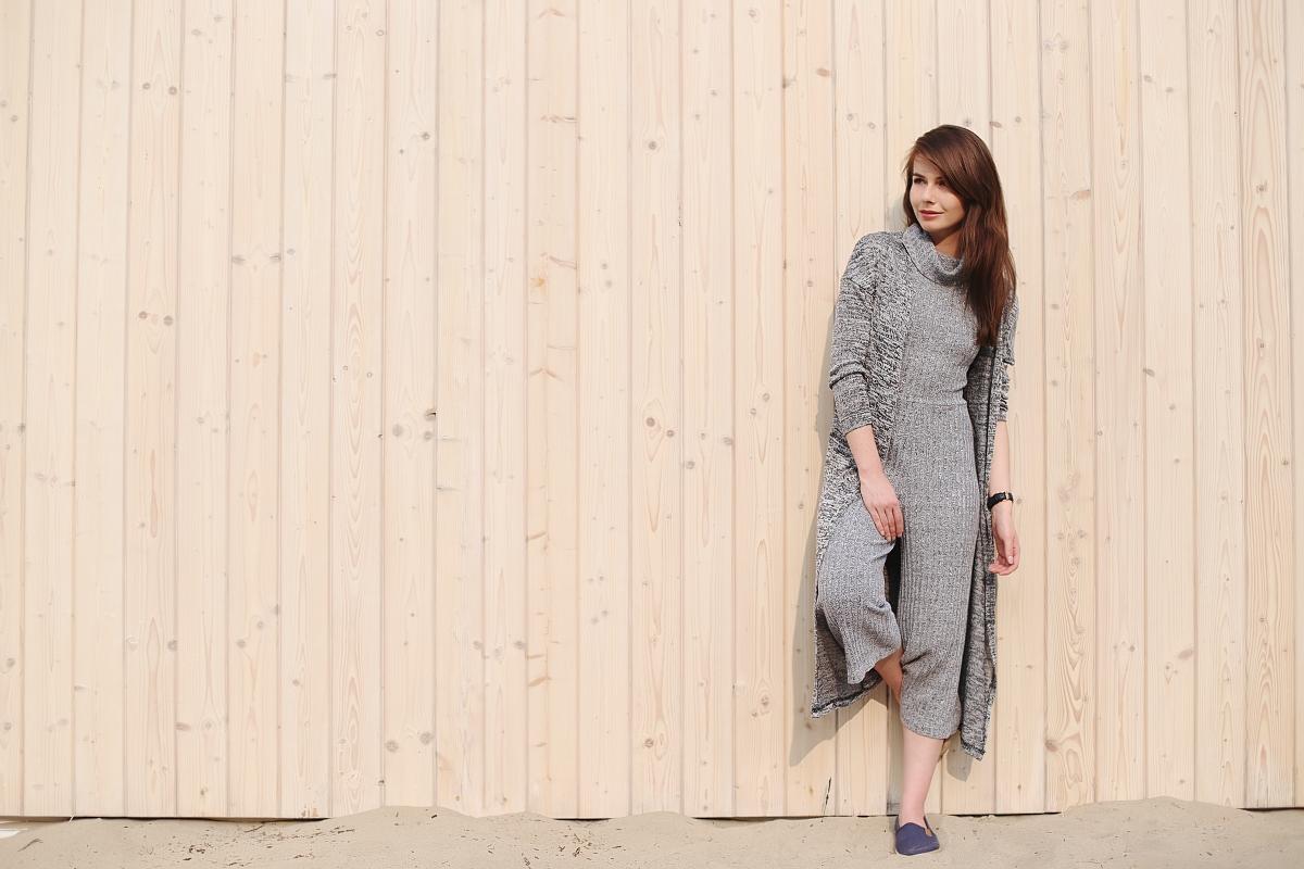 Szary kombinezon i długi cienki sweter