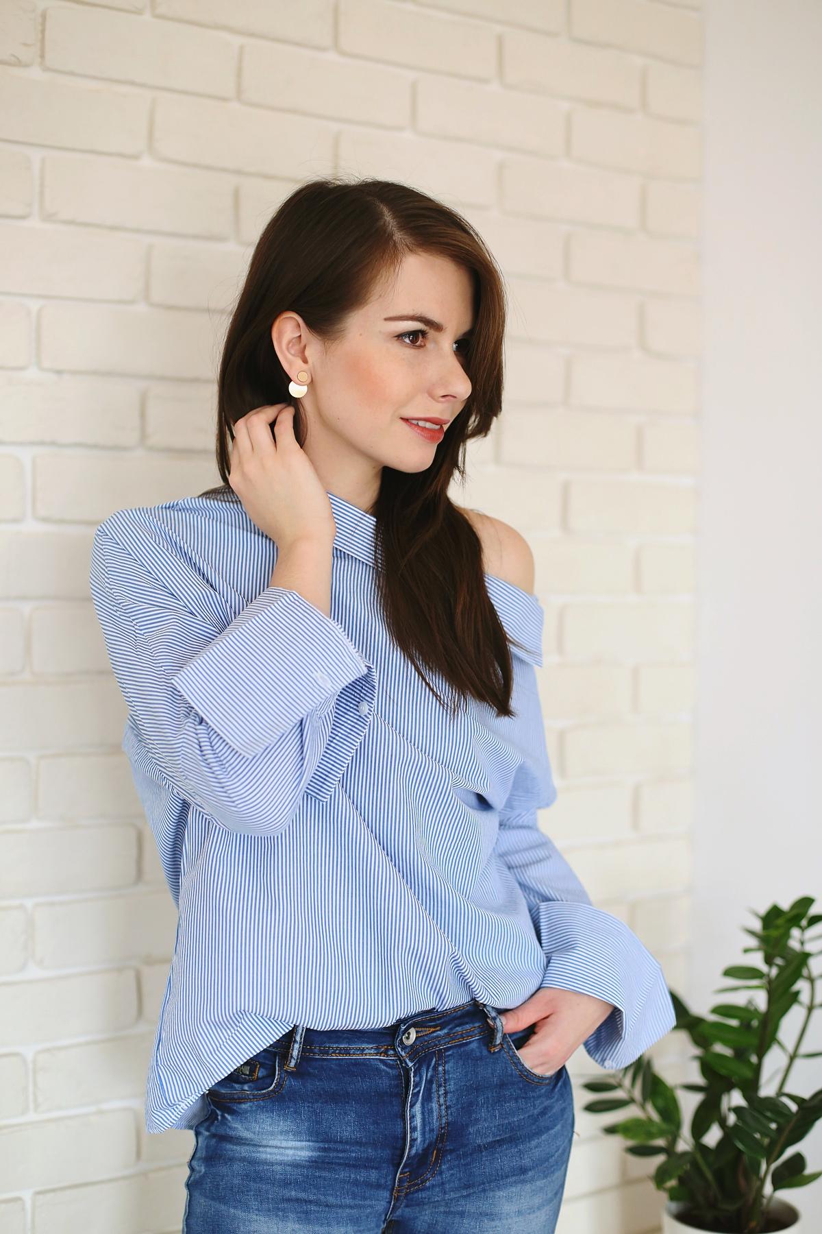 Prążkowana koszula opadająca na jedno ramię