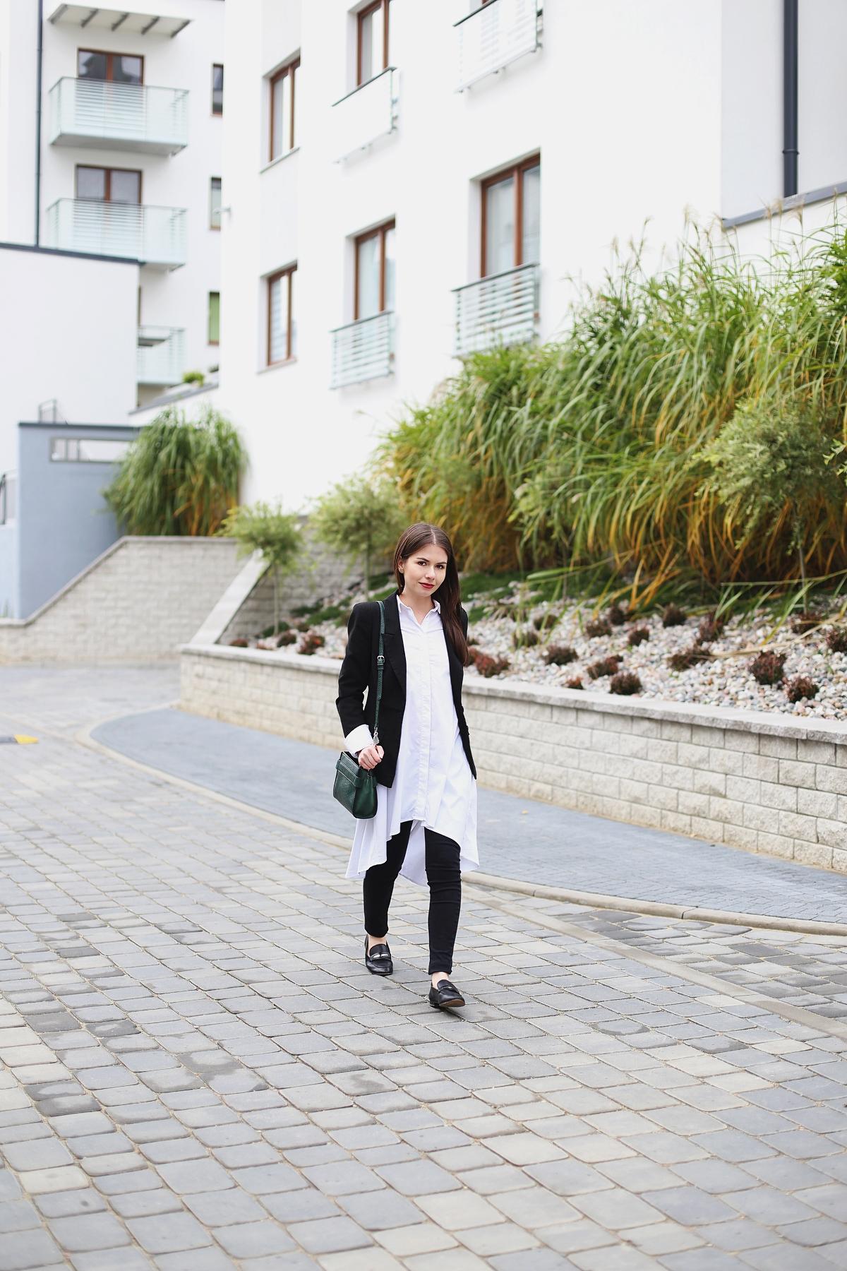 Biała rozkloszowana koszula, mokasyny i zielona torebka