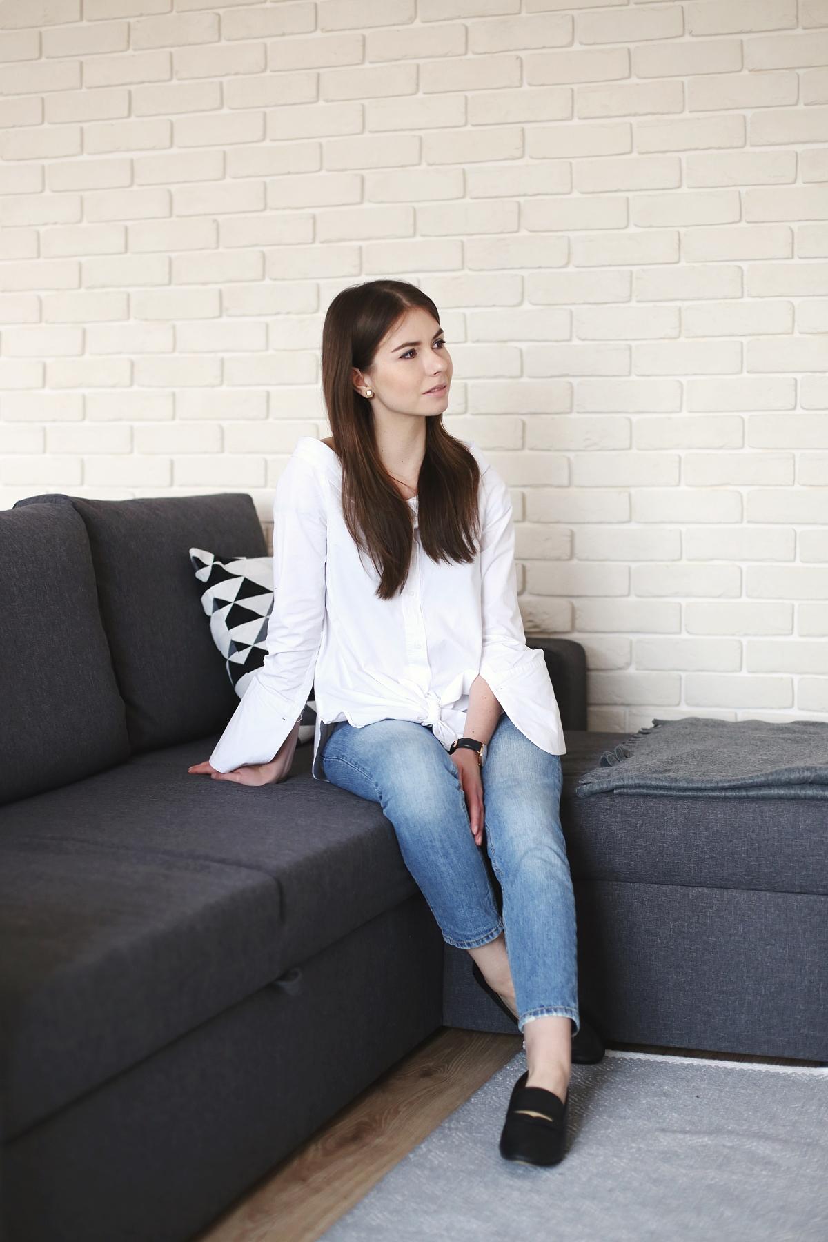 Blog modowy - minimalistyczna stylizacja z białą koszulą i jeansami
