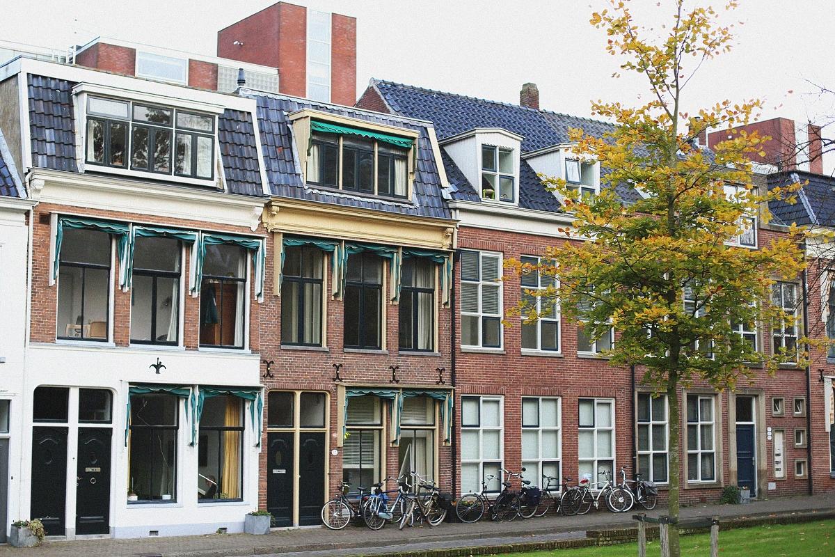 Wielkie nieosłonięta okna w Groningen