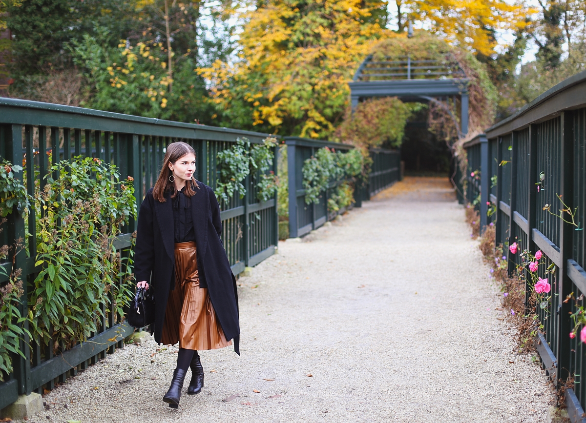Czarna stylizacja i brązowa spódnica midi