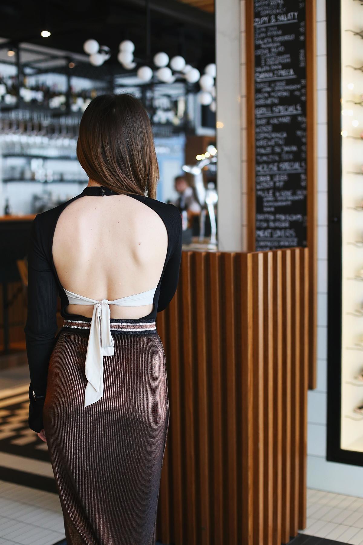 Dekolt na plecach wiązany kokardą