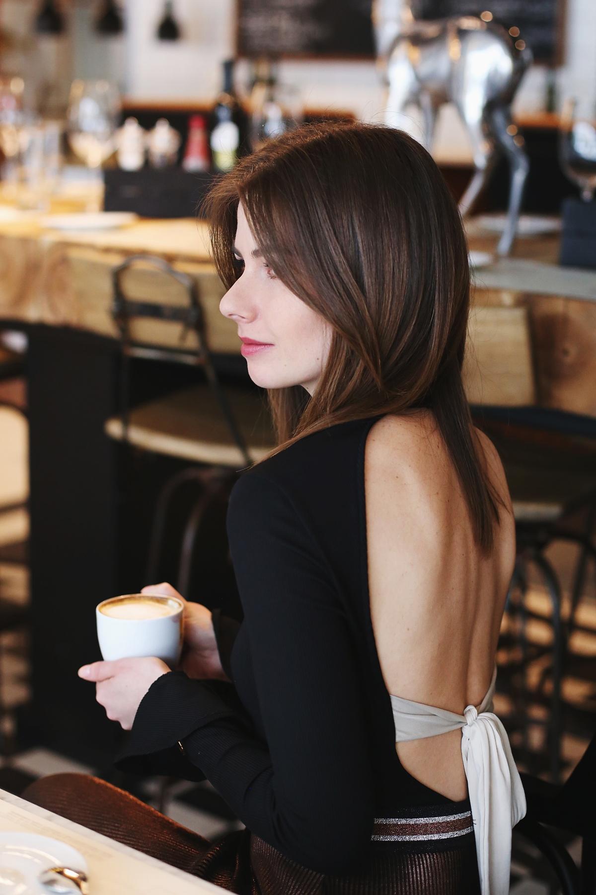 Kobieca stylizacja z dekoltem na plecach