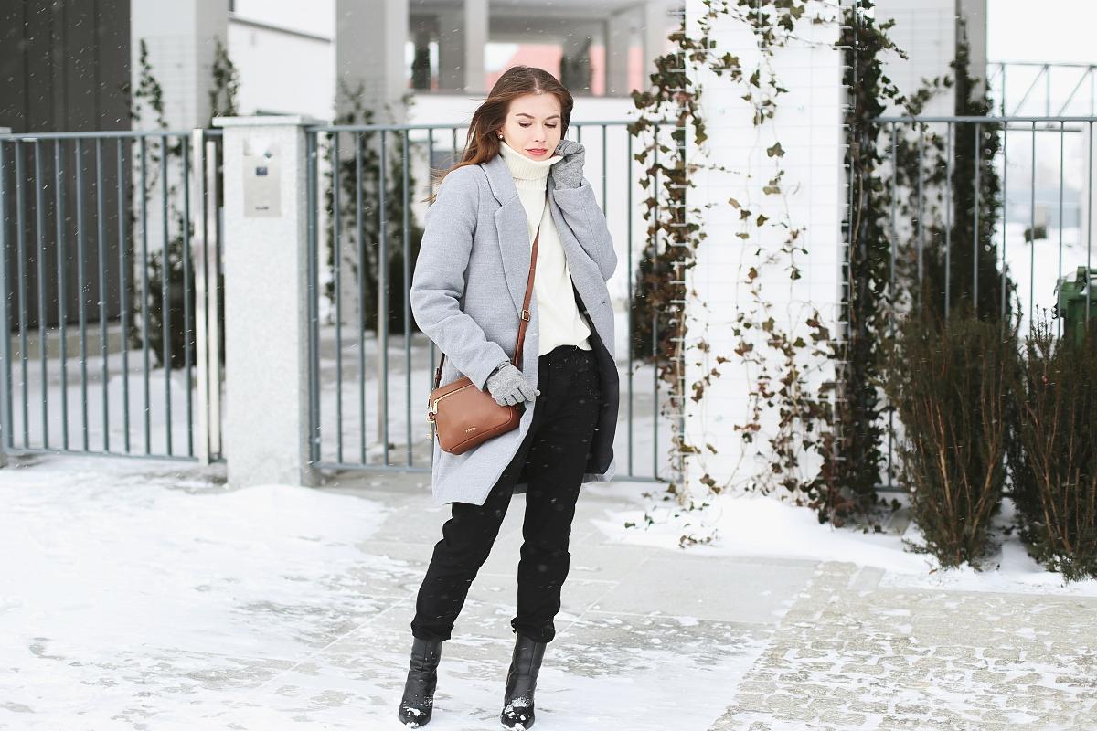 Zimowy look - szary pudełkowy plaszcz i brązowa torebka