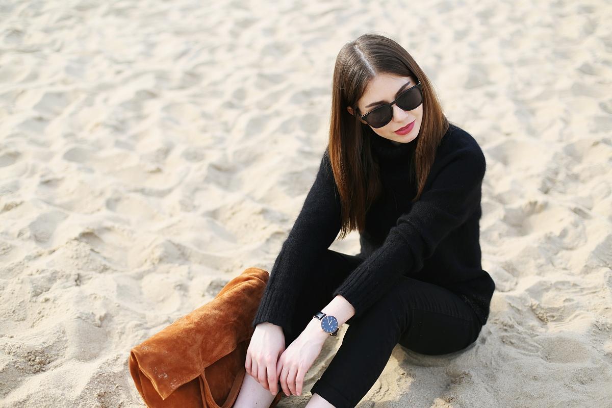 Czarna minimalistyczna stylizacja i ruda skórzana torba