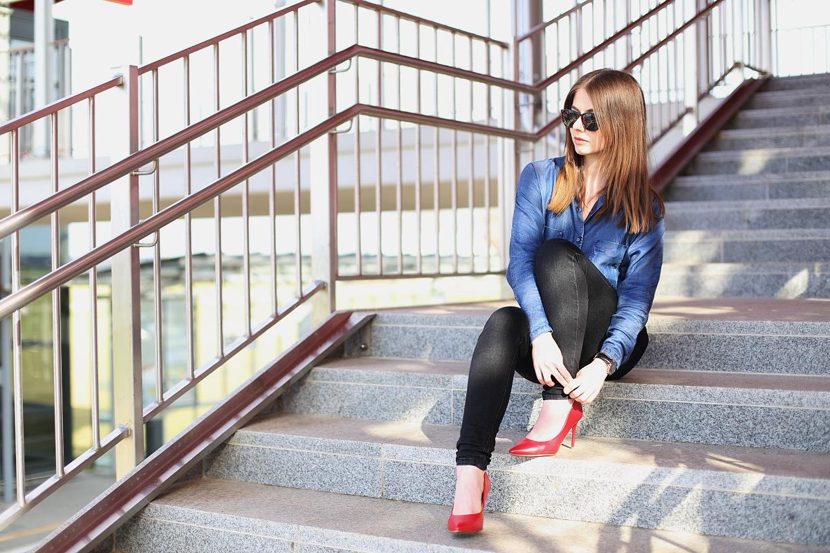 Stylizacja full jeans z czerwonymi szpilkami