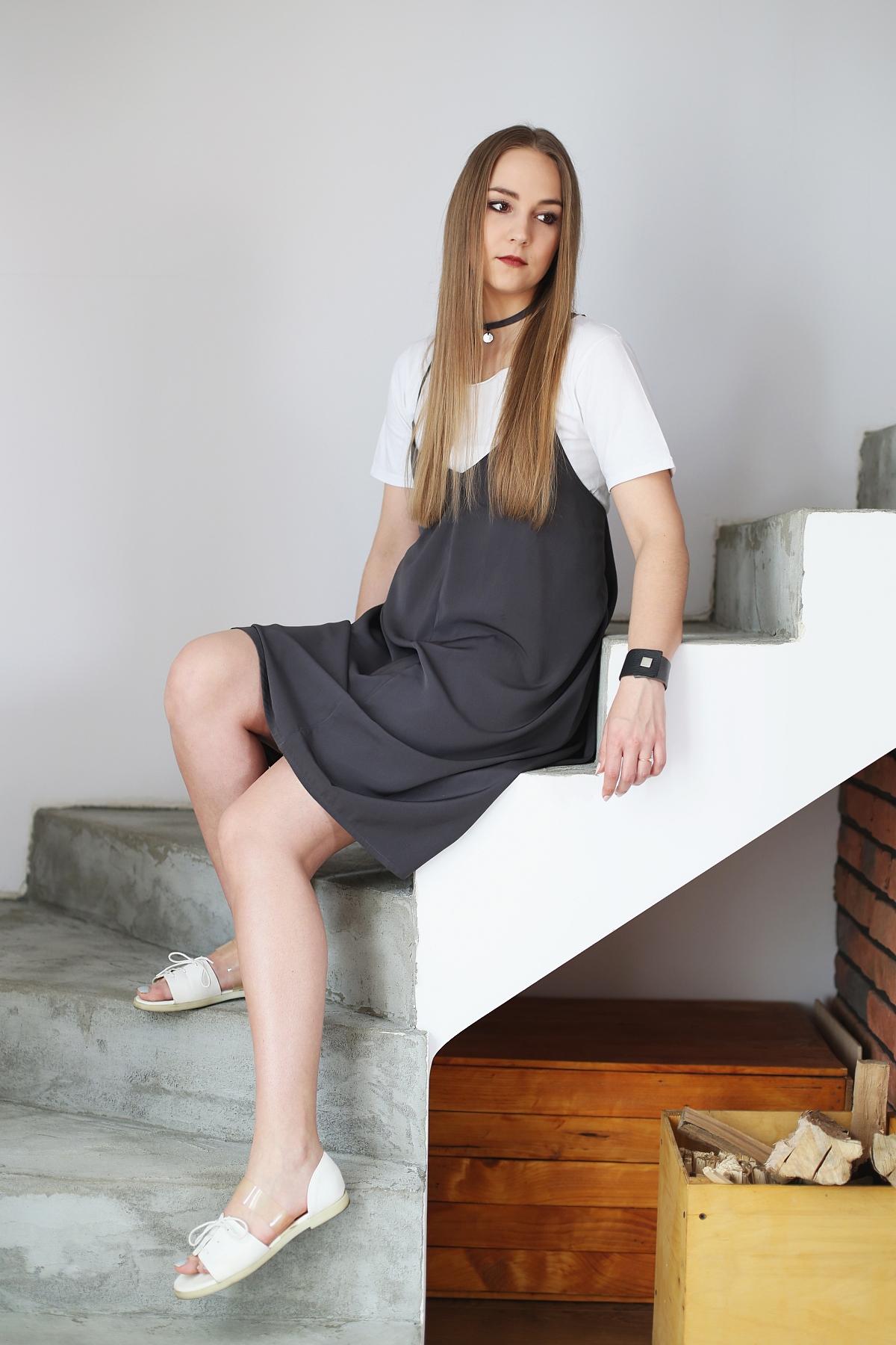 Stylowe dziewczyny - T-shirt pod sukienką