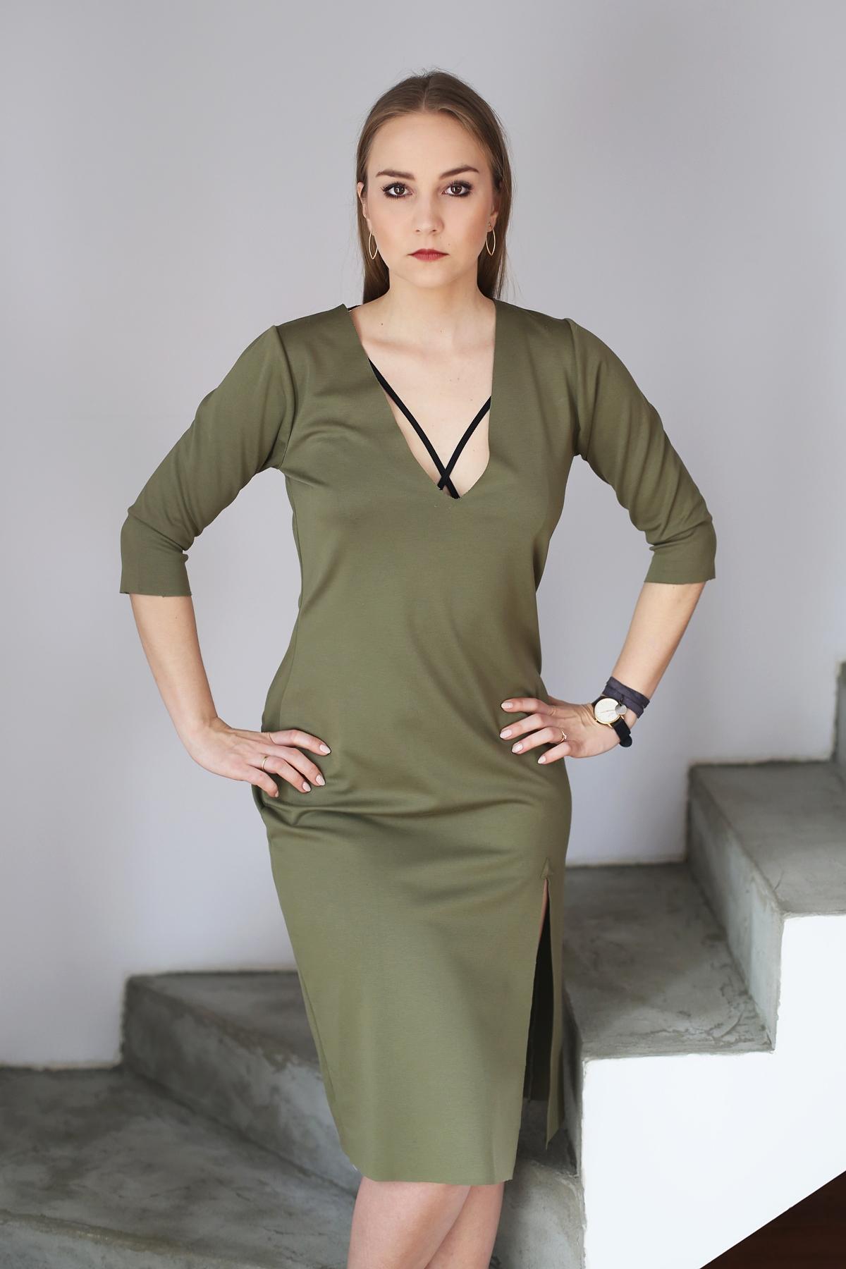 Stylowe Dziewczyny - oliwkowa sukienka, biustonosz z paskami i buty mule