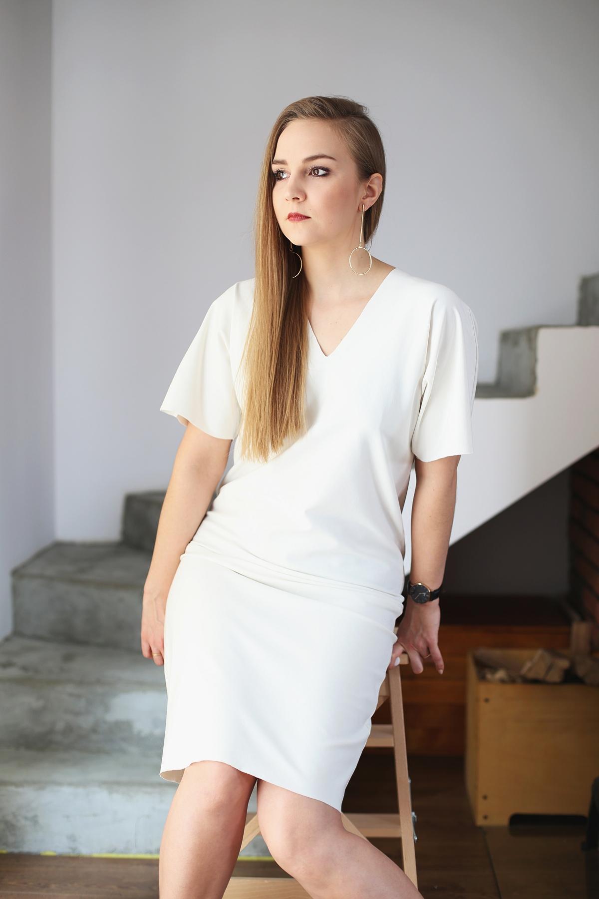 Stylowe Dziewczyny - biała minimalistyczna sukienka